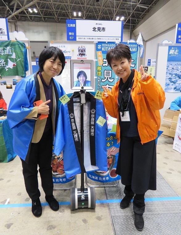 田澤由利さんとテレプレゼンスロボット.jpg
